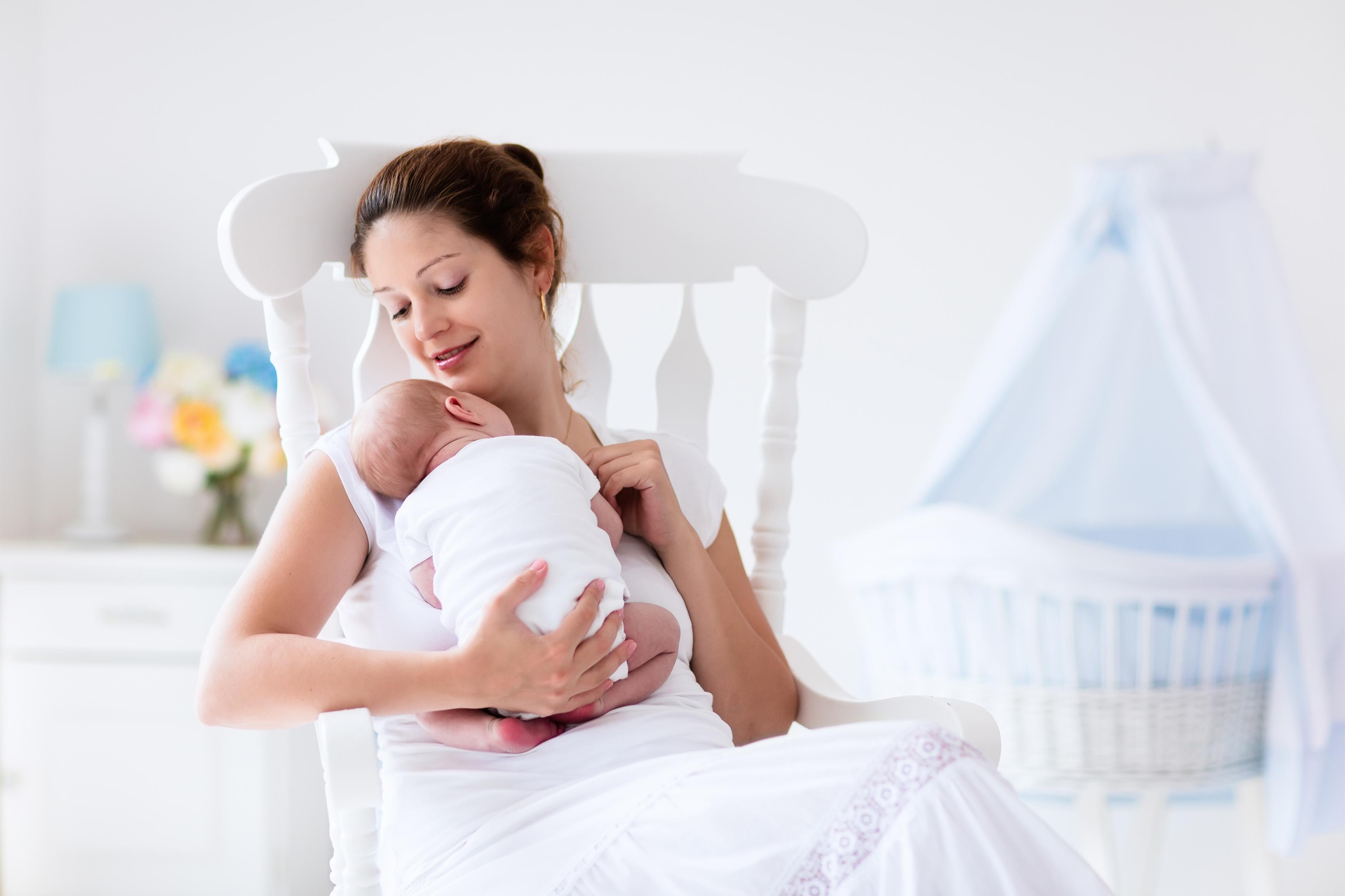 Image result for mama cargando al bebe