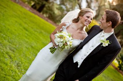 boda-en-jardín-dos-novios-caminando-abrazados.jpg