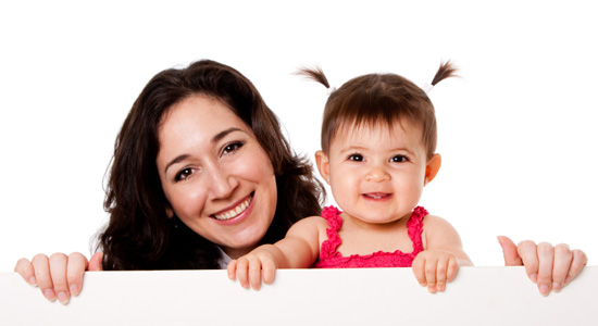 Niñera-cuidando-bebe