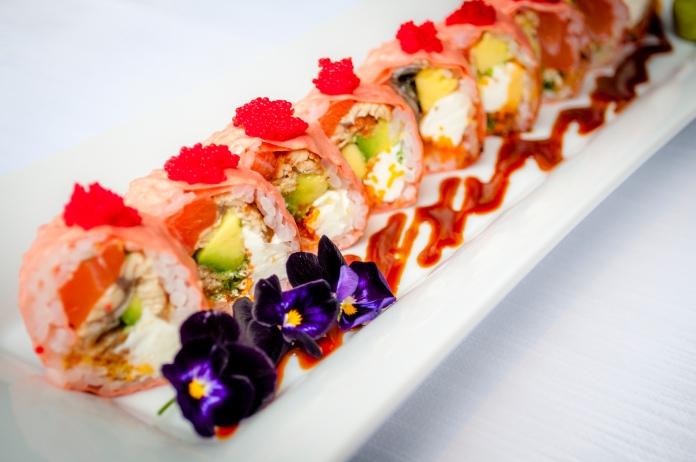 Pink Panther - Salmon, anguila, philadelphiam masago, aguacate, tempura spikes, cebollino con topping de tobiko rojo y salsa de anguila, en hoja de soya.jpg
