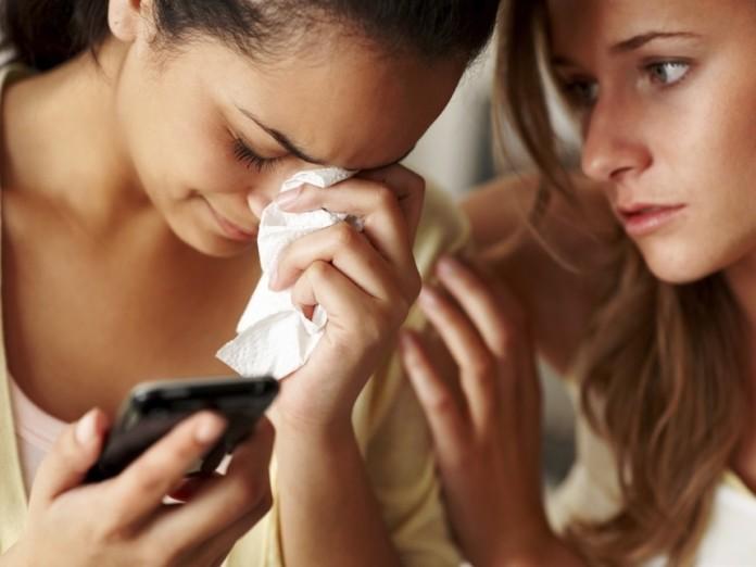 Una-chica-consuela-a-su-amiga-mientras-esta-llora