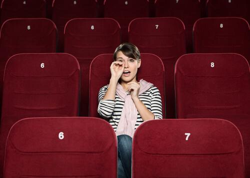 Mujer-llorando-en-el-cine