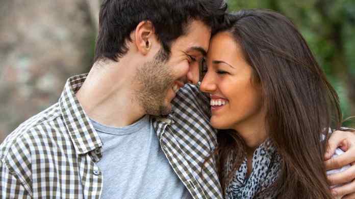 pareja-enamorada-riendose