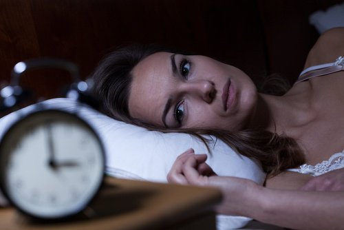 mujer-cama-insomnio-500x334